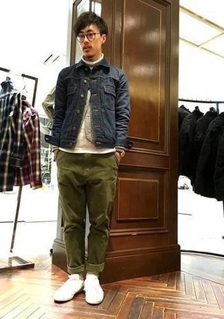 Tendances mode hommes: Associe une veste en jean bleu marine avec un pantalon chino olive pour affronter sans effort les défis que la journée te réserve. Une paire de des baskets basses en toile blanches apportera un joli contraste avec le reste du look.