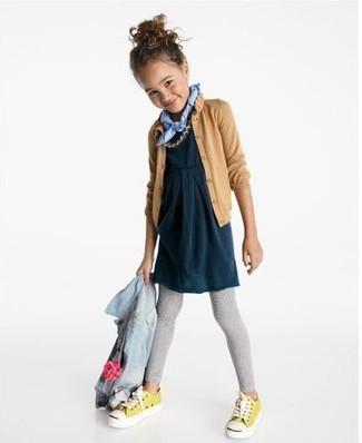Comment porter: veste en jean bleu clair, cardigan marron clair, robe bleu marine, leggings gris