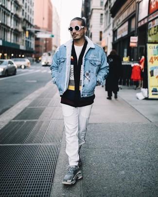 Comment porter: veste en jean bleue, cardigan imprimé noir, t-shirt à col rond blanc, pantalon chino blanc