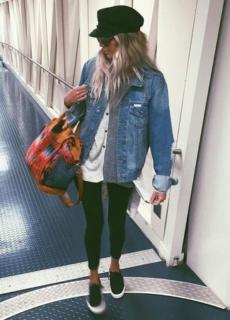 Comment porter des baskets basses noires: Essaie de marier une veste en jean bleue avec des leggings noirs pour une tenue relax mais stylée. Jouez la carte classique pour les chaussures et assortis cette tenue avec une paire de des baskets basses noires.