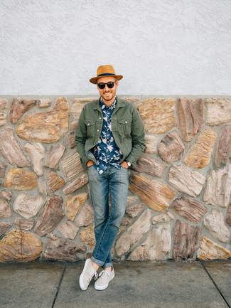 Comment porter: veste en jean olive, chemise à manches courtes à fleurs bleu marine, jean bleu, tennis beiges