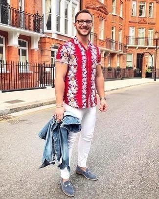 Comment s'habiller pour un style chic decontractés: Pense à porter une veste en jean bleue et un jean skinny blanc pour affronter sans effort les défis que la journée te réserve. Habille ta tenue avec une paire de slippers en daim bleus.