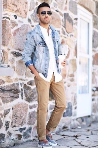 Tendances mode hommes: Pour une tenue de tous les jours pleine de caractère et de personnalité pense à harmoniser une veste en jean bleu clair avec un pantalon chino marron clair. Tu veux y aller doucement avec les chaussures? Fais d'une paire de des baskets basses en toile bleu clair ton choix de souliers pour la journée.