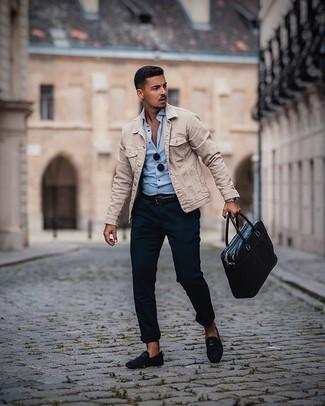 Comment porter un pantalon chino bleu marine: Pour une tenue de tous les jours pleine de caractère et de personnalité pense à opter pour une veste en jean beige et un pantalon chino bleu marine. Jouez la carte classique pour les chaussures et opte pour une paire de des slippers en daim bleu marine.