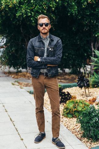 Comment porter: veste en jean bleu marine, chemise à manches longues en vichy bleu marine et blanc, jean en velours côtelé marron, bottines chukka en daim bleu marine