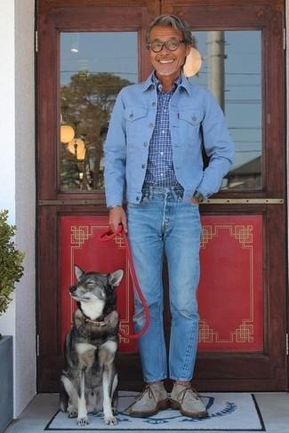 Comment porter: veste en jean bleu clair, chemise à manches longues à carreaux bleue, jean bleu, bottines chukka en daim grises