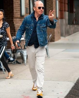 Comment porter: veste en jean bleue, chemise à manches longues bleu marine, jean beige, chaussures de sport tabac