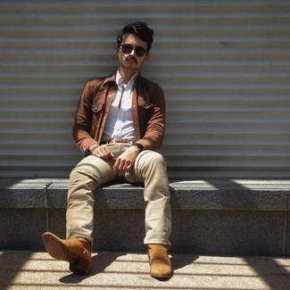 Comment porter: veste en jean marron, chemise à manches longues blanche, jean beige, bottes western en daim marron clair
