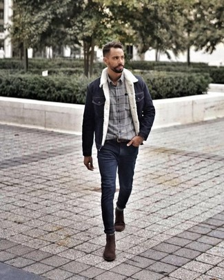 Comment porter une ceinture en cuir marron foncé: Associe une veste en jean bleu marine avec une ceinture en cuir marron foncé pour un look confortable et décontracté. Jouez la carte classique pour les chaussures et choisis une paire de des bottes de loisirs en daim marron foncé.