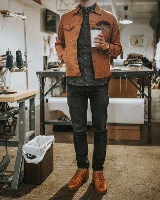 Comment porter une montre argentée: Une veste en jean tabac et une montre argentée sont une tenue avisée à avoir dans ton arsenal. Ajoute une paire de des baskets basses en cuir tabac à ton look pour une amélioration instantanée de ton style.