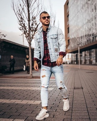 Comment porter un jean skinny déchiré bleu clair: Essaie de marier une veste en jean bleu clair avec un jean skinny déchiré bleu clair pour un look confortable et décontracté. Une paire de des baskets basses en cuir blanches et noires ajoutera de l'élégance à un look simple.