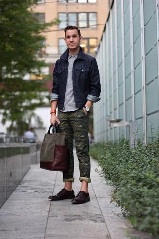 Comment porter: veste en jean bleu marine, chemise à manches longues grise, pantalon chino camouflage olive, chaussures derby en cuir marron foncé