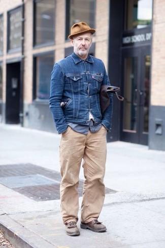 Comment porter: veste en jean bleu marine, chemise à manches longues en seersucker bleue, pantalon chino beige, chaussures derby en cuir marron