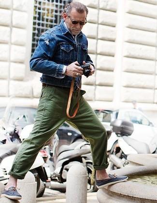 Comment porter: veste en jean bleue, chemise à manches longues blanche, pantalon chino olive, chaussures bateau en cuir bleu marine