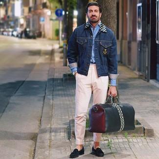 Comment porter: veste en jean bleu marine, chemise à manches longues bleu clair, pantalon chino rose, mocassins à pampilles en daim noirs
