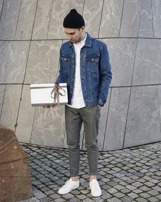Comment porter un bonnet noir: Essaie de marier une veste en jean bleue avec un bonnet noir pour un look idéal le week-end. Une paire de des baskets basses en cuir blanches ajoutera de l'élégance à un look simple.