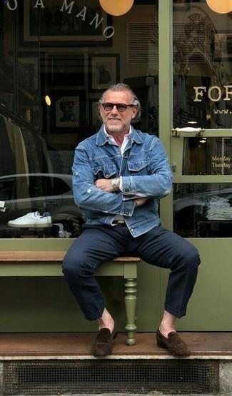 Comment porter un pantalon chino bleu marine: Marie une veste en jean bleue avec un pantalon chino bleu marine pour affronter sans effort les défis que la journée te réserve. Jouez la carte classique pour les chaussures et opte pour une paire de des slippers en daim marron foncé.