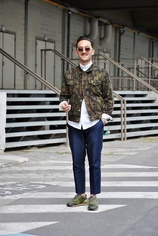 Tendances mode hommes: Essaie d'associer une veste en jean camouflage olive avec un pantalon chino bleu marine pour une tenue confortable aussi composée avec goût. Tu veux y aller doucement avec les chaussures? Complète cet ensemble avec une paire de des chaussures de sport vert foncé pour la journée.