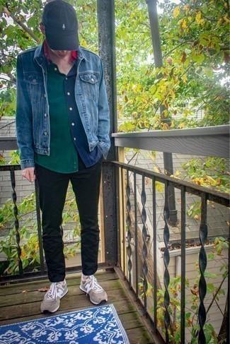 Comment porter des chaussettes beiges: Associe une veste en jean bleue avec des chaussettes beiges pour une tenue relax mais stylée. Une paire de des chaussures de sport beiges s'intégrera de manière fluide à une grande variété de tenues.