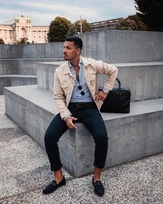 Comment porter un pantalon chino bleu marine: Choisis une veste en jean beige et un pantalon chino bleu marine pour une tenue confortable aussi composée avec goût. Termine ce look avec une paire de des slippers en daim noirs pour afficher ton expertise vestimentaire.