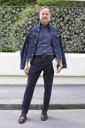 Comment porter une veste en jean avec un pantalon de costume: Associe une veste en jean avec un pantalon de costume pour dégager classe et sophistication. Une paire de des chaussures brogues en cuir marron foncé s'intégrera de manière fluide à une grande variété de tenues.