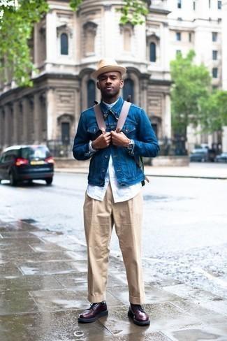 Comment porter un sac à dos en cuir marron: Pense à associer une veste en jean bleue avec un sac à dos en cuir marron pour une tenue idéale le week-end. D'une humeur audacieuse? Complète ta tenue avec une paire de des bottes de loisirs en cuir bordeaux.