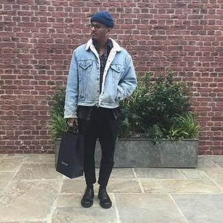 Comment porter: veste en jean bleu clair, chemise à manches longues écossaise bordeaux, t-shirt à col boutonné gris foncé, pantalon chino noir