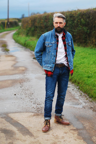Comment porter: veste en jean bleue, chemise à manches longues à carreaux rouge et noir, t-shirt à col boutonné blanc, jean bleu marine