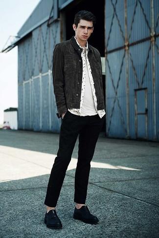 Comment porter: veste en jean gris foncé, chemise à manches longues imprimée blanche, t-shirt à col rond blanc, pantalon chino noir