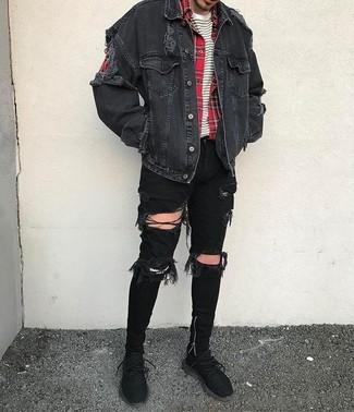 Comment porter: veste en jean noire, chemise à manches longues écossaise rouge, t-shirt à col rond à rayures horizontales blanc et noir, jean skinny déchiré noir