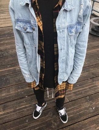 Comment porter: veste en jean bleu clair, chemise à manches longues en flanelle à carreaux marron clair, t-shirt à col rond noir, pantalon de jogging noir