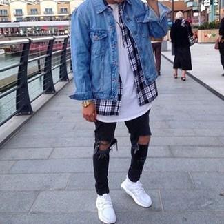 Comment porter: veste en jean bleue, chemise à manches longues écossaise bleu marine et blanc, t-shirt à col rond blanc, jean skinny déchiré noir