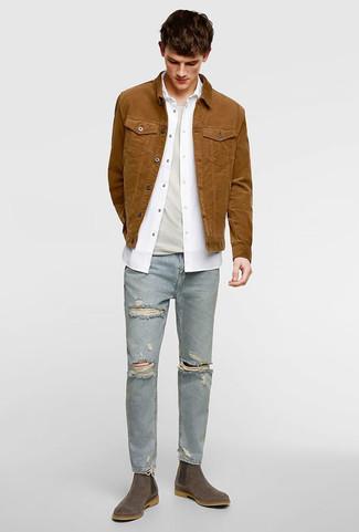 Comment porter: veste en jean marron, chemise à manches longues blanche, t-shirt à col rond beige, jean skinny déchiré bleu clair