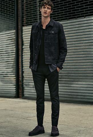 Comment porter: veste en jean noire, chemise à manches longues en chambray gris foncé, t-shirt à col rond noir, pantalon chino noir