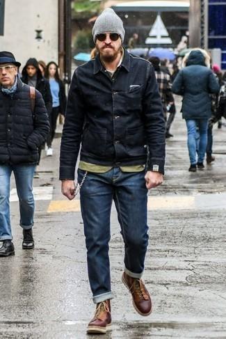 Comment porter des lunettes de soleil marron foncé: Pense à harmoniser une veste en jean noire avec des lunettes de soleil marron foncé pour une tenue relax mais stylée. Opte pour une paire de des bottes de loisirs en cuir bordeaux pour afficher ton expertise vestimentaire.
