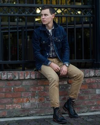 Comment porter une ceinture en cuir marron clair: Pour une tenue aussi confortable que ton canapé, essaie d'harmoniser une veste en jean bleu marine avec une ceinture en cuir marron clair. Jouez la carte classique pour les chaussures et assortis cette tenue avec une paire de bottes de loisirs en cuir noires.