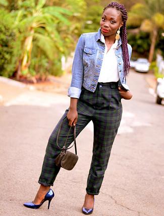 Comment porter: veste en jean bleue, chemise boutonnée à manches courtes blanche, pantalon slim écossais bleu marine et vert, escarpins en cuir bleu marine