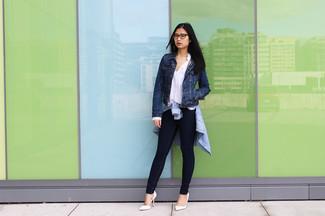 Comment porter une chemise de ville en chambray bleu clair en automne: Marie une chemise de ville en chambray bleu clair avec un jean skinny bleu marine pour une tenue idéale le week-end. Complète ce look avec une paire de escarpins en cuir blancs. Nous sommes fans de ce look automnal.