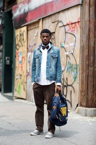 Comment porter: veste en jean bleue, chemise de ville blanche, jean en velours côtelé marron foncé, baskets basses grises