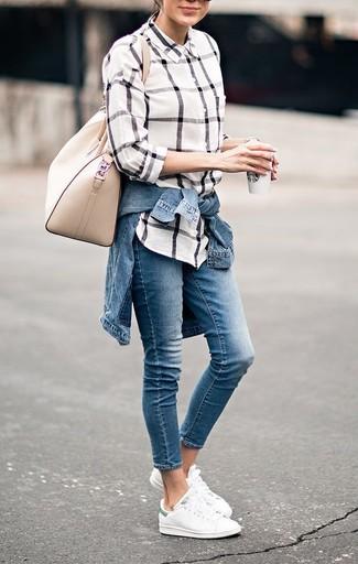 Comment porter: veste en jean bleue, chemise de ville à carreaux blanche, jean bleu, baskets basses blanches