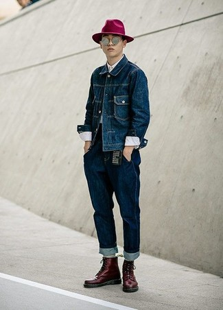 Comment porter: veste en jean bleu marine, chemise de ville blanche, jean bleu marine, bottes de loisirs en cuir bordeaux