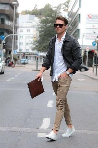 Comment porter: veste en jean gris foncé, chemise de ville blanche, jean skinny marron clair, baskets basses en toile grises