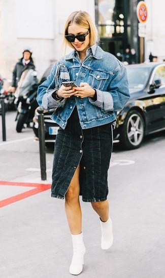 Comment porter: veste en jean bleue, chemise de ville à rayures verticales blanc et bleu marine, jupe boutonnée en denim noire, bottines en cuir blanches