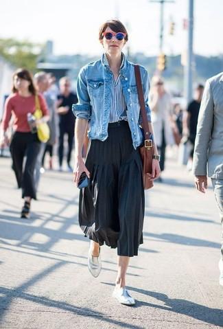 Comment porter: veste en jean bleue, chemise de ville à rayures verticales blanc et bleu, jupe mi-longue plissée noire, slippers en cuir argentés