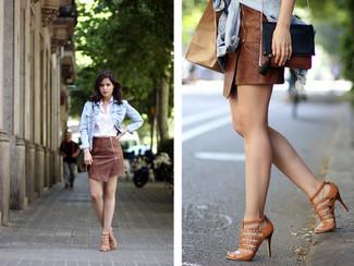 Comment porter: veste en jean bleu clair, chemise de ville blanche, minijupe en cuir marron, sandales spartiates en cuir marron