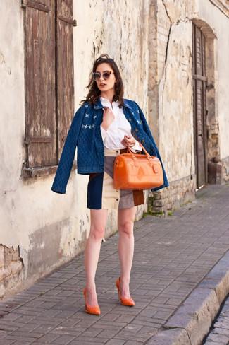 Comment porter: veste en jean bleue, chemise de ville blanche, minijupe en daim multicolore, escarpins en cuir orange