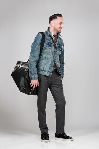 Comment porter: veste en jean bleue, chemise de ville en vichy blanc et marron, pantalon de costume gris foncé, baskets basses en cuir noires