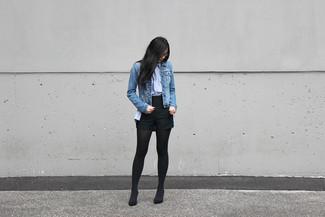 Un short à porter avec une chemise de ville bleu clair: Associe une chemise de ville bleu clair avec un short pour une tenue raffinée mais idéale le week-end. Cette tenue est parfait avec une paire de des escarpins en daim noirs.