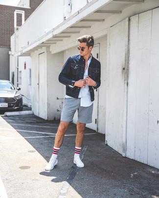 Comment porter: veste en jean bleu marine, chemise de ville bleu clair, short gris, baskets basses en cuir blanches