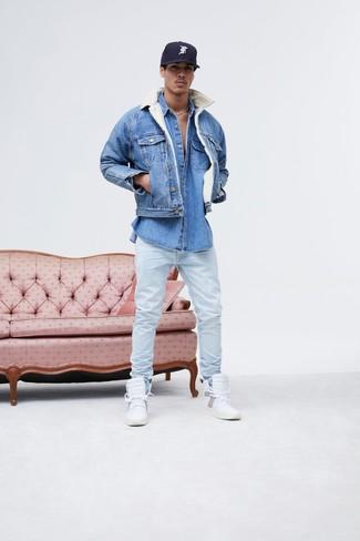 Comment porter: veste en jean bleue, chemise en jean bleue, jean bleu clair, baskets montantes en cuir blanches